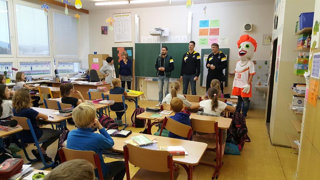 Foto: Hráči A týmu představovali náš klub na Základních školách v Ostrově