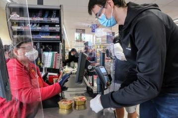 Volejbalisté pomáhají karlovarským seniorům